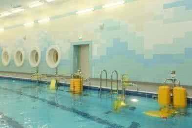Комплекс бассейнов для групповых занятий ЛФК в воде с приспособлениями для пациентов с нарушениями движений