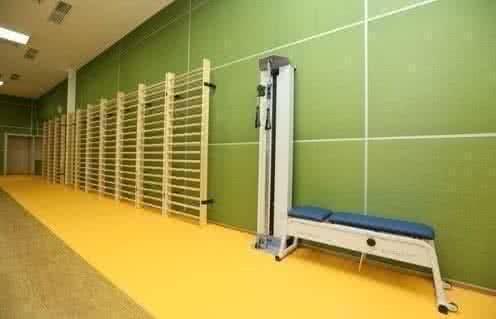 Тренажерный зал с комплексом приспособлений для ЛФК и специализированной кинезотерапии